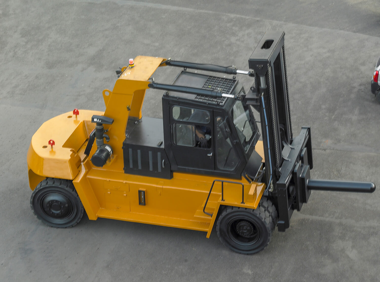 12-to-25-tonne-Godrej-Outdoor-Heavy-duty-Diesel-Forklift